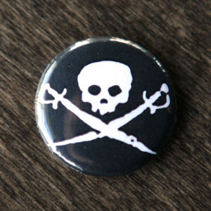 Pirate Button - Skull & Swords